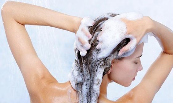 mulher-lava-cabelo-xampu-chuveiro-24585